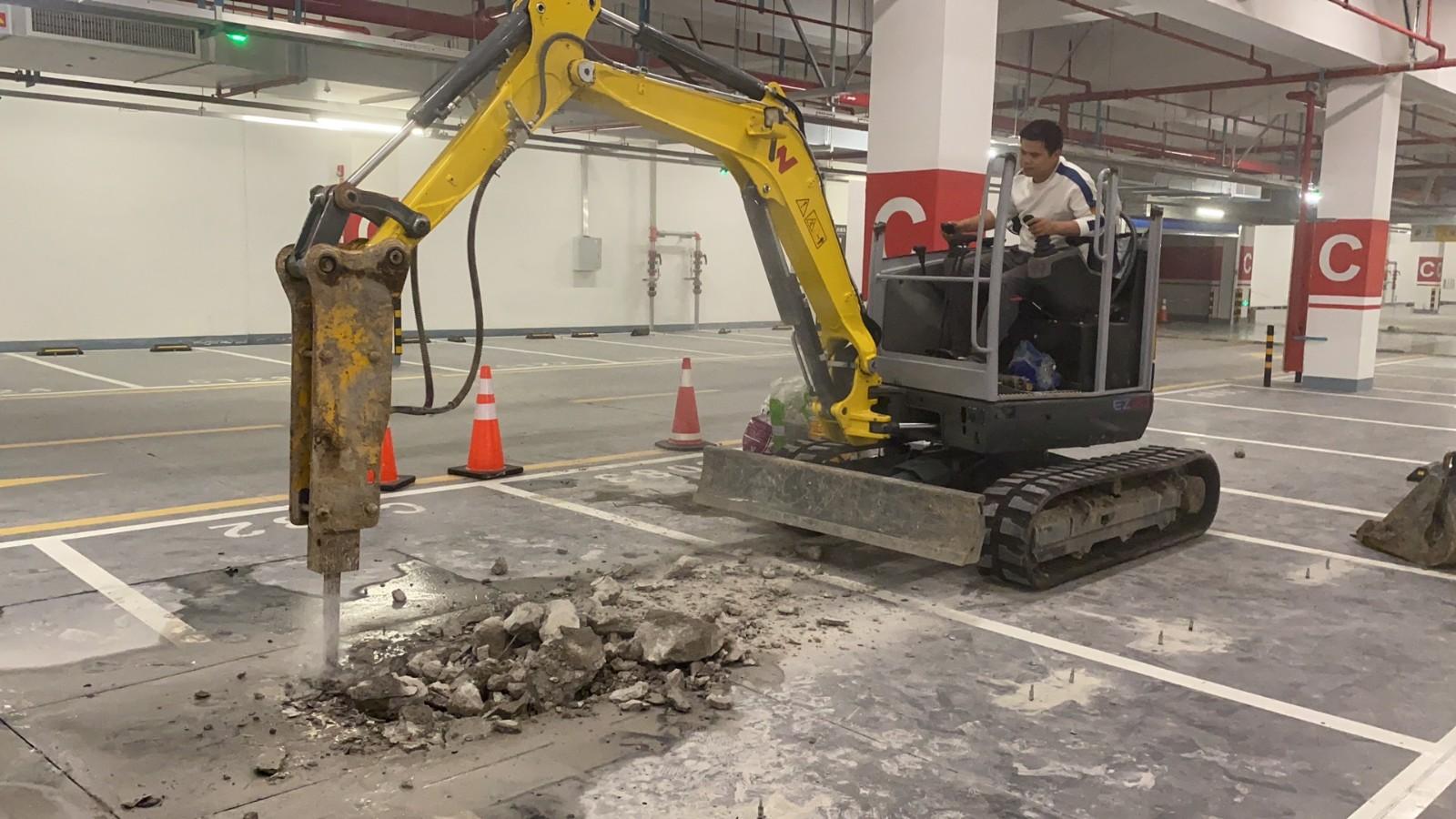 小型挖掘机室内敲打 房屋改造 地下室厂房改造拆除敲